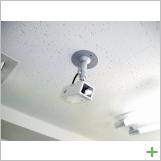 天井:24時間監視カメラ